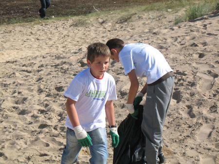 """Les CM1 nettoient la plage de Ouistreham dans le cadre de l'opération""""NETTOYONS LA NATURE"""""""