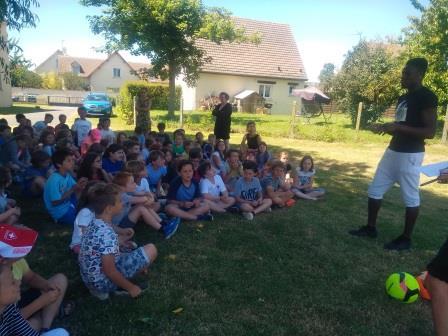 Romain Genevois échange avec les enfants du primaire sur son métier: footballeur professionnel