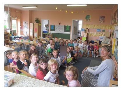 Voici la classe de Grande section notre maîtresse c'est Claire Kahlouche et notre aide maternelle c'est Brigitte.