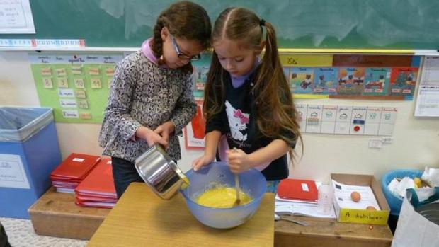 Ajouter le beurre fondu dans le saladier.