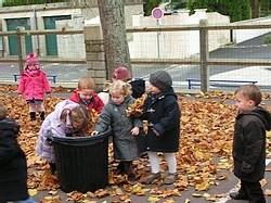 Ecole Sacré Coeur, Ouistreham, ramassage des feuilles !