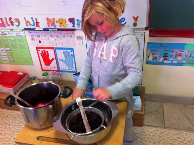 Une fois cuite, Louise a passé la confiture dans une passoire pour enlever les grains.