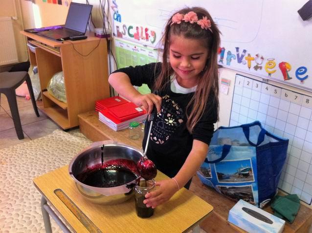Anna a versé la confiture dans des pots. Nous la dégusterons sur du pain lundi prochain avec les 3 autres classes du cycle 2 qui nous préparent aussi de bonnes recettes à base de fruits d'Automne.