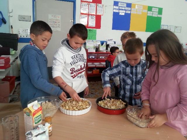 Pour la semaine du goût, nous avons préparé un goûter d'automne et nous nous sommes lancés dans la préparation de crumble aux pommes