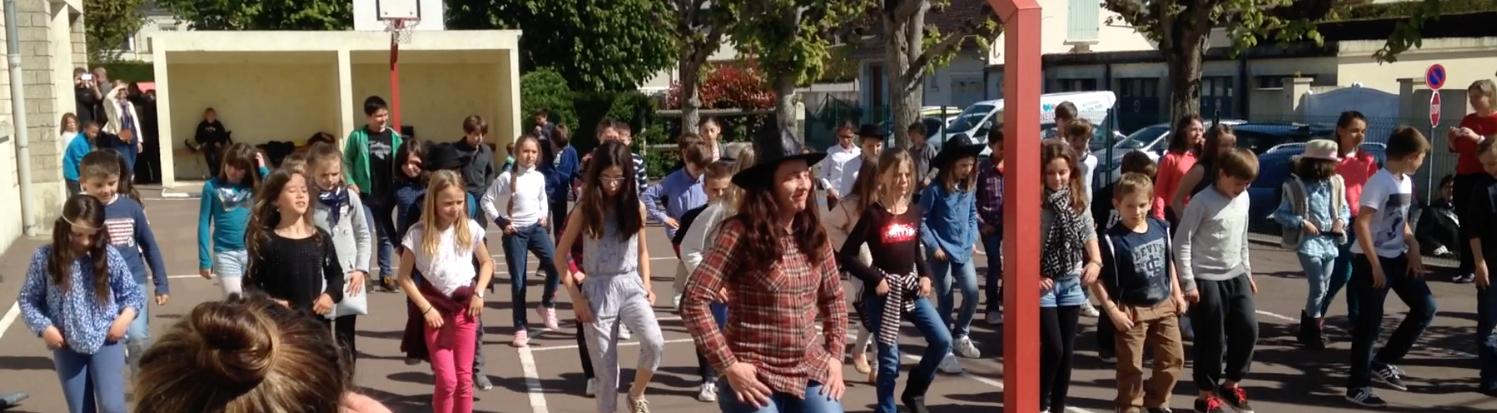 Danse country sur la cour