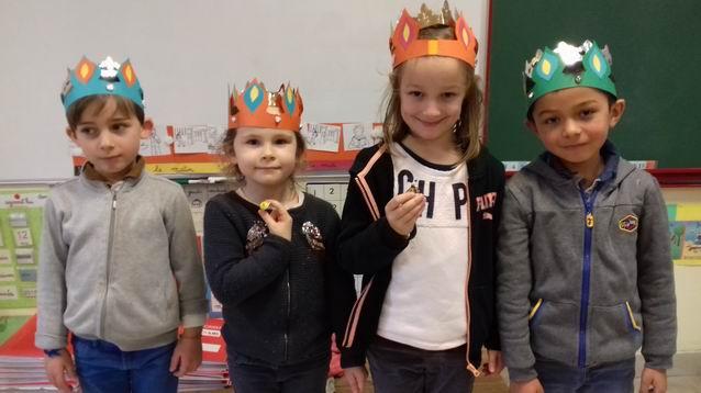 Nous avons tiré les rois. Manon et Paloma sont devenues les reines de la classe !
