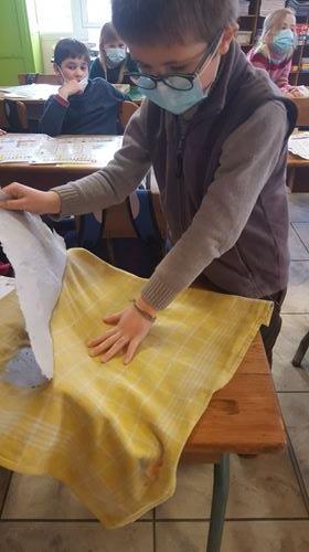 Une fois bien sec, on décolle la feuille de papier du tissu.