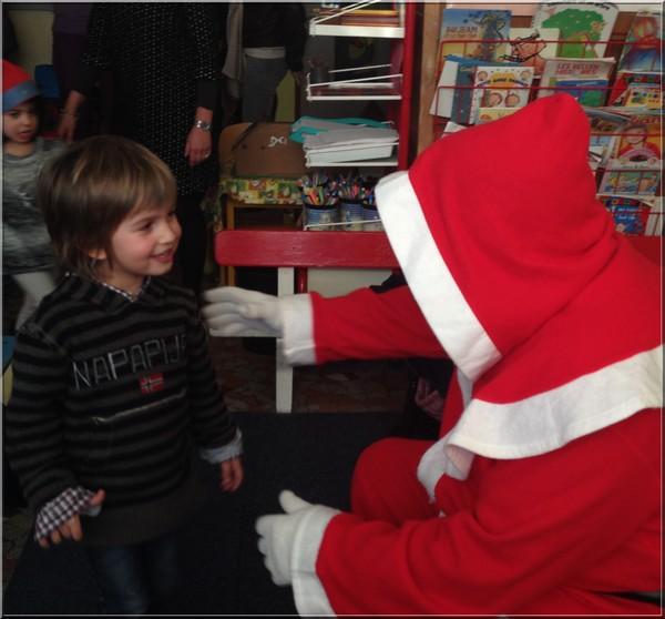 Visite du Père Noël à l'école.