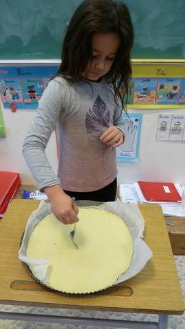 Etaler une pâte feuilletée dans un moule et piquer avec une fourchette.