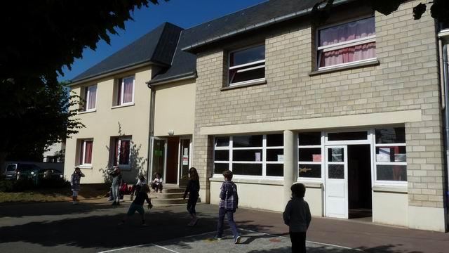 A partir des photos de la façade de notre école, nous avons nommé les différents lieux.