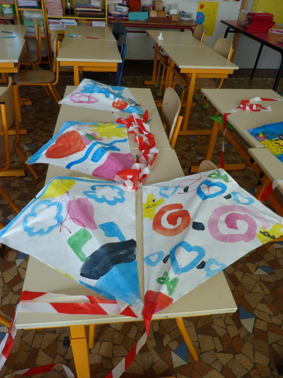 Les enfants du cycle 2 fabriquent des cerfs-volants